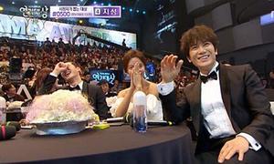 2 nam diễn viên xấu hổ khi nhận giải cặp đôi đẹp nhất