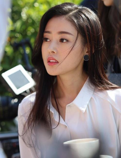 Năm 2009, Thiên Ái có cơ hội đến Hàn Quốc đóng phim ngắn Cherry Blossom cùng Kim Soo Hyun, khi đó nam diễn viên vẫn còn là thực tập sinh. Sau đó, Thiên Ái từ từ đi lên từ những vai phụ, trong đó nổi bật nhất là vai diễn trong Nhị pháo thủ và Nam nhân bang. Nhưng phải đến Thái tử phi thăng chức ký, Trương Thiên Ái mới trở nên nổi tiếng và được nhiều khán giả yêu mến.