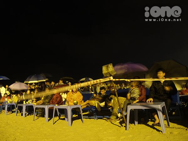 Tối 31/12, bãi biển Phạm Văn Đồng, Đà Nẵng đông kín người. Đông đảo bạn trẻ tập trung tại bãi biển để đón xem những đợt pháo hoa đặc biệt đầu tiên được bắn vào lúc 21h.