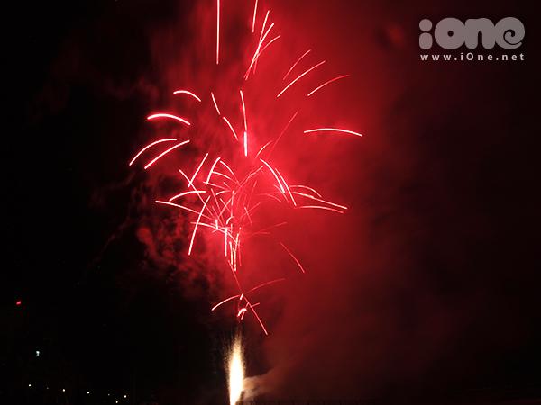 Do đứng ở gần khu vực bắn, nhiều bạn trẻ và người dân có thể ngắm pháo hoa ở khoảng cách rất gần khi ngước mắt lên trời.