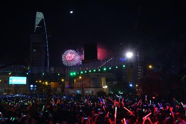 Khoảnh khắc hàng nghìn bạn trẻ vừa nghe nhạc vừa ngắm pháo hoa vào thời điểm giao mùa.