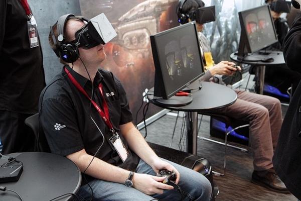 """Oculus Rift, kính tỷ USD của Facebook Sau khi Facebook bất ngờ mua lại công ty Oculus năm 2014, sản phẩm Oculus Rift của họ lập tức được gán tên """"chiếc kính tỷ đô"""". Thiết bị Oculus Rift khá phổ biến trong giới chơi game, nhưng Facebook không mua sản phẩm này để tham gia vào thị trường game mà họ đang """"đặt cược"""" vào tương lai của thực tế ảo (Virtual Reality). Thực tế ảo VR là một hệ thống mô phỏng, tạo ra một thế giới """"như thật"""". Thế giới nhân tạo này không tĩnh tại, mà lại phản ứng, thay đổi theo ý muốn của người sử dụng (nhờ hành động, lời nói....) theo thời gian thực (real-time interactivity). Các ống kính phía trên màn hình sẽ làm nhiệm vụ tạo hình ảnh 3D. Cảm biến sẽ theo dõi động tác của người dùng như nghiêng đầu, đổi hướng nhìn... để điều chỉnh hình ảnh cho phù hợp."""