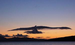Những đám mây được gió 'nhào nặn' thành hình thù ấn tượng