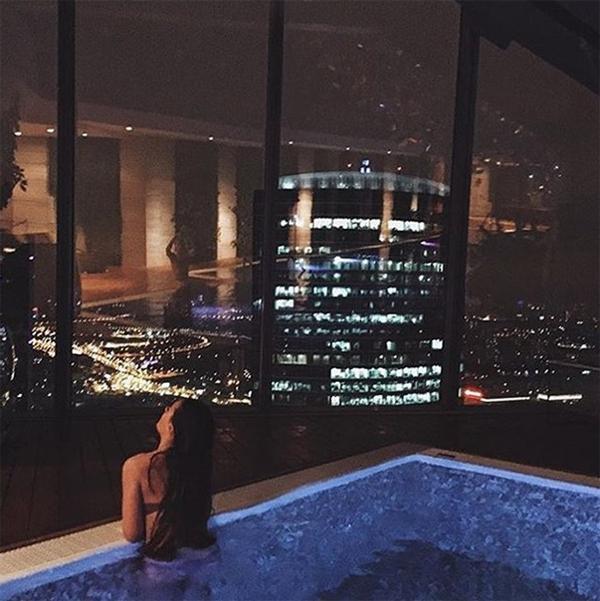Sở thích về đêm của các tiểu thư trong hội nhà giàu là được ngâm mình trong các hồ bơi trên cao với view ngắm toán
