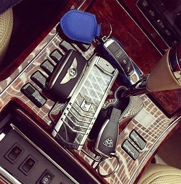 Điện thoại di động và những phụ kiện đắt đỏ trên xe.