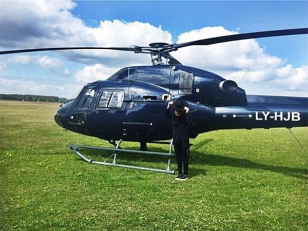 Dù đi học hay đi chơi, hội nhà giàu trên Instagram của Nga luôn được gia đình bố trí di chuyển bằng trực thăng riêng.