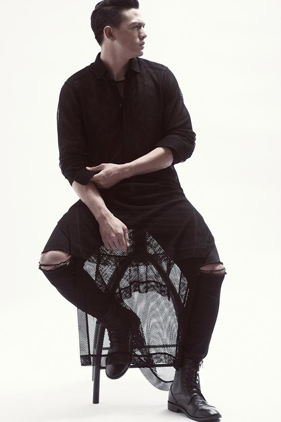 Trong các thiết kế, Đỗ Mạnh Cường đã khéo léo lồng ghép cấu trúc bất đối xứng  hay những tà áo dài nhằm tạo ra hiệu ứng khi di chuyển đầy thu hút.