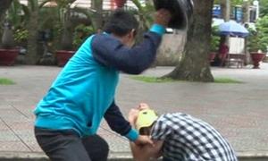Kỹ năng thoát thân khi bị đánh giữa đường bằng mũ bảo hiểm