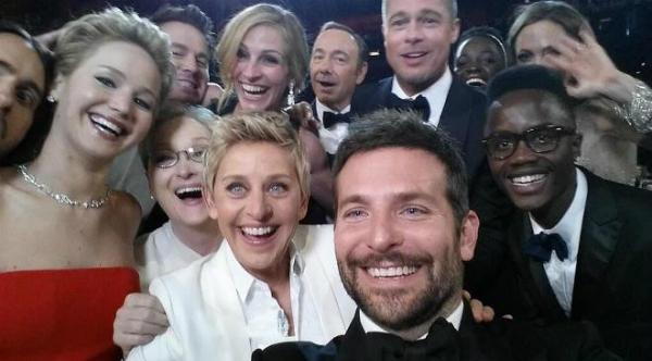 """Chụp selfie với nhóm bạn quá đông: Nếu số lượng người trong nhóm quá đông, hãy nhờ người bên ngoài chụp một tấm tập thể thật đàng hoàng. Việc nỗ lực """"nhét"""" nhiều người vào một tấm selfie chỉ khiến tấm ảnh"""