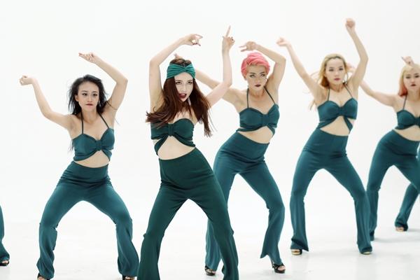 Đặc biệt, Sĩ Thanh cùng các vũ công nữ còn khoe các động tác vũ đạo nhuần nhuyễn, bắt mắt và cực kì khiêu khích.