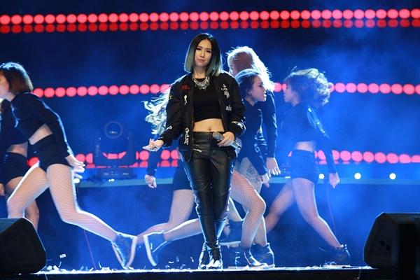 Min tham gia trình diễn đêm trao giải. MV Y.Ê.U của cô nàng giành chiến thắng ở hạng mục MV xuất sắc.
