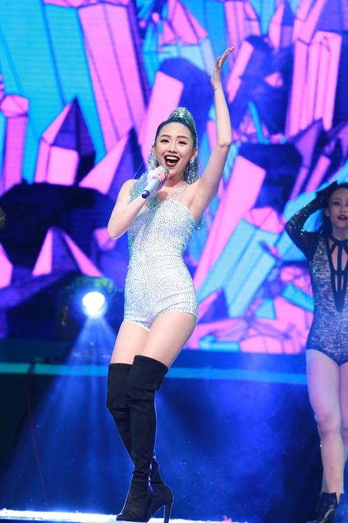 Tóc Tiên được vinh danh ở hạng mục Nữ ca sĩ xuất sắc nhất.
