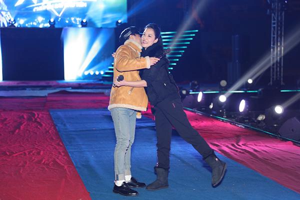 Trong lúc hát, nữ ca sĩ bất ngờ trao cho Sơn Tùng M-TP cái ôm chặt đầy cảm xúc, đồng thời gửi đến anh nhiều lời động viên, chúc may mắn trong liveshow đầu tay.
