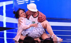 Thanh Duy khóc hết nước mắt vì Việt Hương sùi bọt mép trên sân khấu