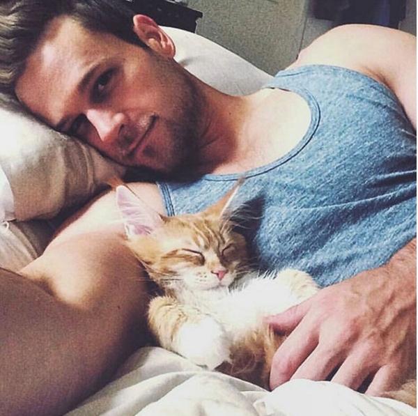 Khoảnh khắc về những anh chàng điển trai thân thiết với thú cưng luôn nhận được sự quan tâm của phái nữ. Mới đây, một trang Instagram có tên Hot dudes with kittens (Trai đẹp với mèo cưng) thu hút hàng chục nghìn lượt người theo dõi khi