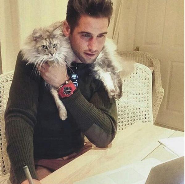 Mèo lông xù cũng sẽ là phụ kiện thời trang không thể hoàn hảo hơn cho các chàng trai đẹp.