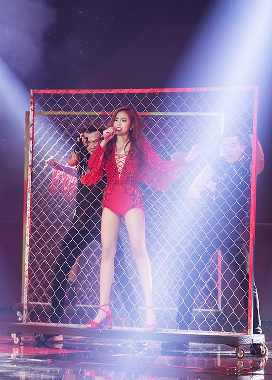 Với câu slogan được nhấn mạnh từ đầu tiết mục Gossip girl you cant stop me now, Hoàng Thùy Linh đã khiến cho toàn bộ khán giả như muốn phát cuồng với màn quẩy tóc giữa không trung trong trang phục đỏ bắt mắt.