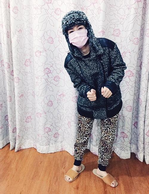 """Chi Pu mặc áo chống nắng, đeo khẩu trang """"điên"""" lúc nửa đêm"""
