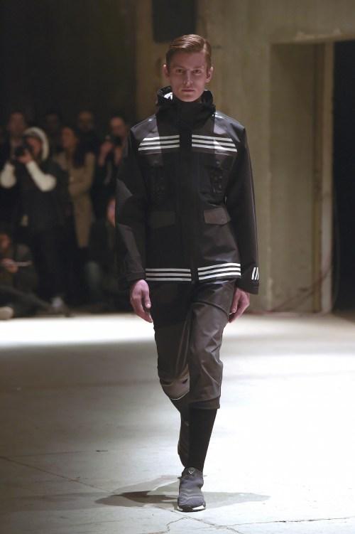 """Lần hợp tác này là của hai nhà thiết kế Nic Galway đến từ Adidas và Yosuke Aizawa đến từ WM. Nic Galway cho biết, ông mong cái nhìn đầu tiên của khán giả với BST này chính là """"Quen mà lạ"""" ( familiar but new ), vẫn giữ nguyên những chi tiết kẻ sọc ấn tượng, truyền thống của adidas kết hợp phong cách sportwear hiện đại, futuristic tương lai và hơi hướng military ( quân đội ), urbanista ( thành thị ). Đây là một trong những sự kết hợp được đánh giá là độc đáo nhất từ đầu năm nay đến giờ. các dòng giày mới cũng dc thiết kế với màu trắng, đen, xanh quân đội, navy,... là chủ yếu."""