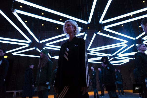 Buổi biểu diễn thời trang tại Pitti Uomo 89 là một trong những buổi biểu diễn ĐỘC ĐÁO nhất khi dùng ánh sáng từ những bóng đèn neon, được kết nối bởi các dây kéo, tạo thành nhiều hình tam giác kết nối với nhau, tạo nên hiệu ứng hình học ảo xung quanh các người mẫu. Adidas và WM đã thành công trong việc tạo ra một màn biểu diễn nghệ thuật sắp đặt kết hợp trình diễn thời trang có một không hai, mang hơi hướng công nghệ tương lai. sàn diễn thời trang cũng được dựng theo hình tam giác chứ không theo lối đi thẳng như truyền thống.