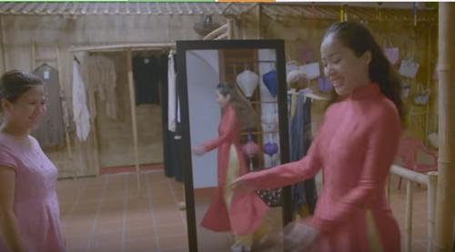 Michelle Phan thích thú diện áo dài