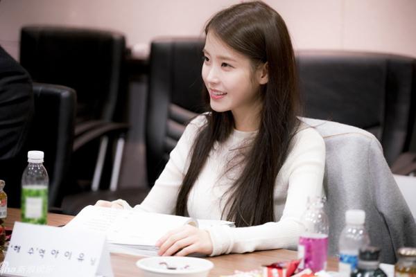 IU là nữ chính của Moon Lovers, có mặt trong buổi đọc kịch bản với hình ảnh   dịu dàng thùy mị.