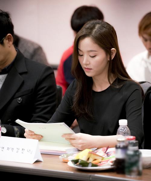 Nữ diễn viên Kang Han Na chăm chú xem kịch bản. Seo Hyun (SNSD) vắng   mặt do bận lịch trình riêng.
