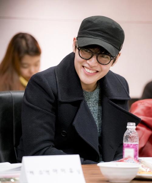 Nam thứ Kang Ha Neul gây ấn tượng với nụ cười rạng rỡ.
