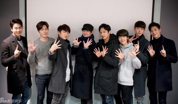 Moon Lovers thu hút đông đảo sự chú ý của khán giả ngay từ khi công bố dàn diễn viên toàn ngôi sao trẻ đẹp. Những hình ảnh trong buổi đọc kịch bản đầu tiên của đoàn phim mới đây càng khiến các fan mong chờ bởi dàn sao nam quá hot. Trong hình chụp chung 8 diễn viên nam, Baek Hyun (EXO) nổi bật với áo sáng màu và chiều cao có phần khiêm tốn, nhất là khi đứng cạnh Nam Joo Hyuk cao 1m87.