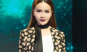 Yến Trang lăng xê mốt khăn skinny biến hóa trăm kiểu