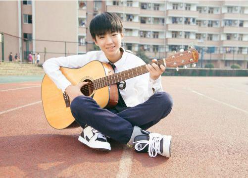 """Vương Tuấn Khải cũng là cái tên duy nhất liên tục đạt giải quán quân trong 12 tháng liên tiếp của năm 2015 trong bảng bình chọn Nam ca sĩ Trung Quốc được yêu thích nhất, giành quán quân hai hạng mục """"Nam thần hoàn mỹ"""" và """"Người nổi tiếng của năm"""" do trang ETtoday tổ chức."""