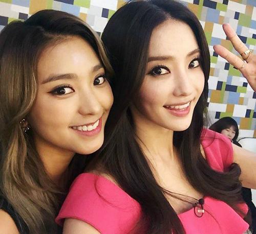 Bora (Sistar) và Han Chae Young được ví như hai cô búp bê Barbie có cùng   kiểu tóc, cách trang điểm, cả chiếc mũi cao và nụ cười cũng na ná.