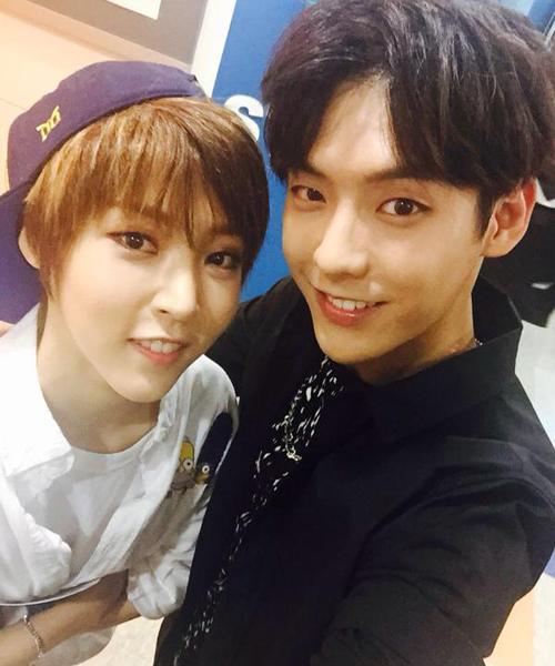 Moon Byul và Min Hyuk có đường nét cằm và mắt giống nhau. Nữ ca sĩ chia   sẻ chính cô nàng cũng thấy mình có điểm giống Min Hyuk, trông cả hai cứ như   anh em vậy.