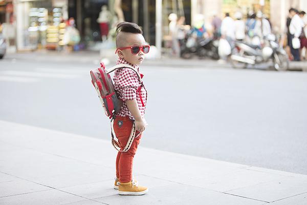 Những phụ kiện đi kèm như: balo, kính mát& đều được nhà thiết kế Đỗ Mạnh Cường   chọn phối đồng điệu với trang phục.