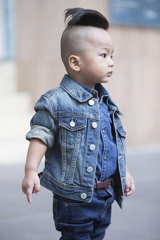 Trong những sự kiện thời trang vừa qua, Đỗ Mạnh Cường đã mang con trai lên  hẳn sàn diễn hoặc cho ngồi ở hàng ghế đầu với trang phục được đầu tư chỉn chu, phong   cách.