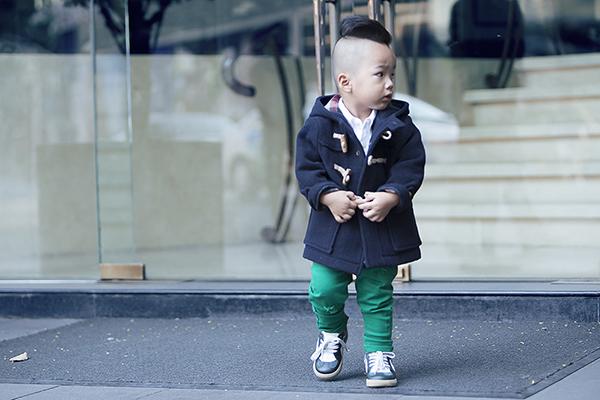 Trong loạt ảnh mới thực hiện, nhà thiết kế họ Đỗ đích thân  làm stylist cho cậu con trai với loạt trang phục bắt mắt cả về màu sắc, họa tiết lẫn cách   kết hợp.