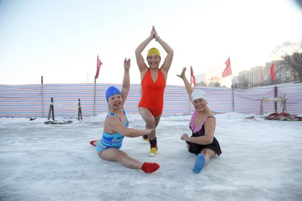 7 giờ sáng 22/1, ba người phụ nữ gần 60 tuổi ở Cáp Nhĩ Tân mặc áo tắm, biểu diễn   yoga trên mặt sông đóng băng dưới trời âm 30 độ C.