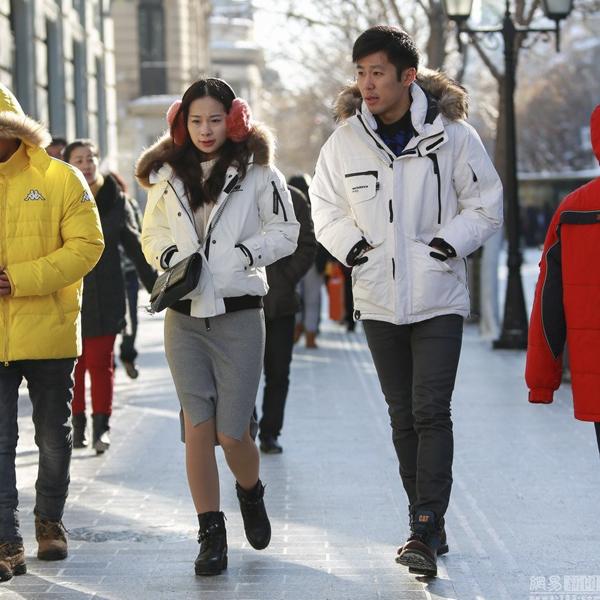Khi trời có nắng và không đổ tuyết, một số người dân Cáp Nhĩ Tân vẫn mặc váy ra   đường dưới trời âm 30 độ C.