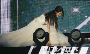 Seol Hyun lộ vết lạ trên chân, bị tố cố tình ngã ở lễ trao giải