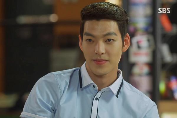 So với nhiều đồng nghiệp trong showbiz Hàn, diện mạo của Kim Woo Bin có phần lép vế. Ngoài thân hình chuẩn và chiều cao 1m88, nam diễn viên xuất thân người mẫu bị chê có khuôn mặt quá dài, góc cạnh, gò má cao và đôi mắt lệch.
