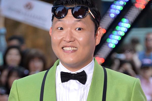 Ngôi sao của hit Gangnam Style nổi tiếng không hề dựa vào ngoại hình mà nhờ các tác phẩm âm nhạc và phong cách độc đáo của mình. Dù là ngôi sao hàng đầu Kpop nhưng Psy được nhận xét là chẳng hề phù hợp với các tiêu chuẩn về hình ảnh thần tượng Kpop.