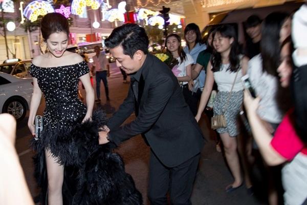 Tối 22/10, Nhã Phương và Trường Giang cùng tham gia sự kiện Mai Vàng tại TP HCM. Cả hai thu hút sự chú ý ngay khi vừa bước chân lên thảm đỏ.