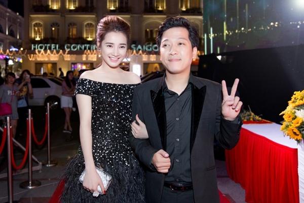 Nhã Phương diện bộ váy đen đính đá với điểm nhấn là đuôi váy được kết lông cầu kỳ của stylist Đỗ Long. Đi kèm là giày và túi xách hiệu Louboutin.