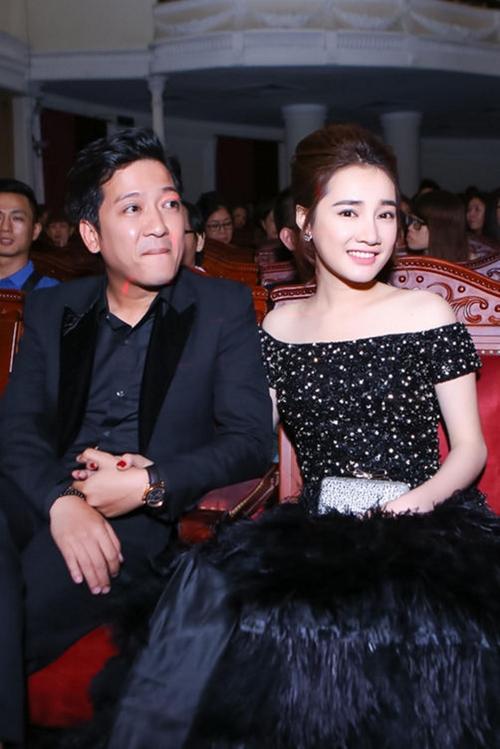 Đôi diễn viên nắm chặt tay nhau trên hàng ghế khách mời.