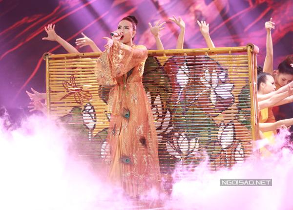Team Hoàng Thùy Linh trình bày ca khúc 'Bánh trôi nước'. Nữ ca sĩ gây ấn tượng với màn múa quạt uyển chuyển.
