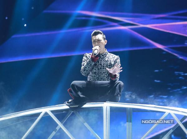 Team Soobin Hoàng Sơn trình bày ca khúc 'Chị tôi' của nhạc sĩ Trần Tiến. Nam ca sĩ còn thể hiện khả năng chơi đàn bầu trong tiết mục.