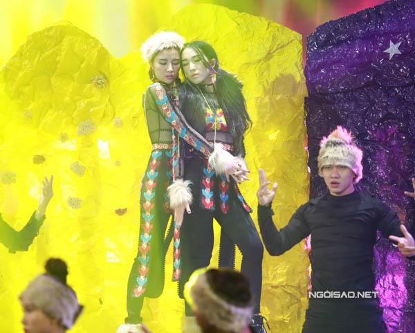 Team Emily - Hạnh Sino thể hiện ca khúc 'Em kể anh nghe' của giám khảo Nguyễn Hải Phong.