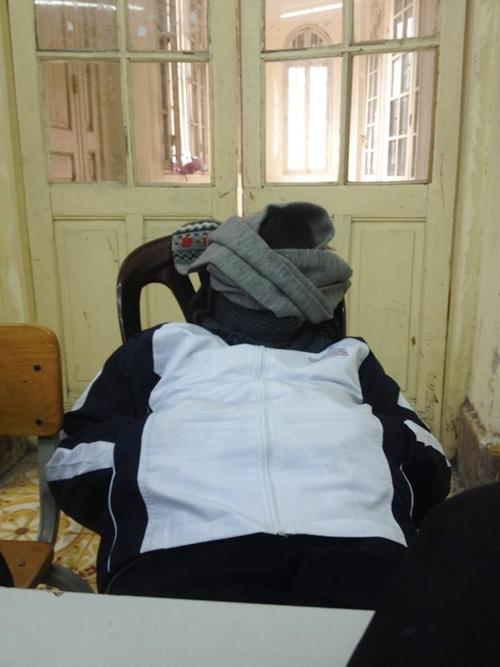 Teen Trần Phú trùm kín mặt bằng khăn khi ngồi dưới chiếc quạt trần thần thánh.