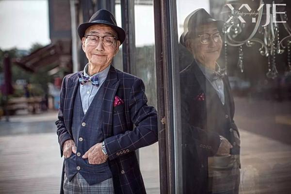 Những bức ảnh được tác giả chụp cho người ông của mình theo phong cách tạp chí với cách ăn mặc lịch lãm, sang trọng. Sau khi được đăng lên mạng xã hội Weibo, loạt ảnh nhanh chóng được nhiều bạn trẻ biết đến và khen ngợi ông cụ như một trong những mẫu ảnh chất nhất