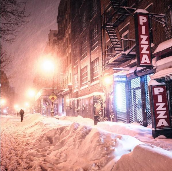 Đợt bão tuyết kéo dài nhiều người qua khiến nhiều bang ở Mỹ phải ban bố báo động khẩn cấp. Tại New York, lương tuyết rơi dày đặc lên đế